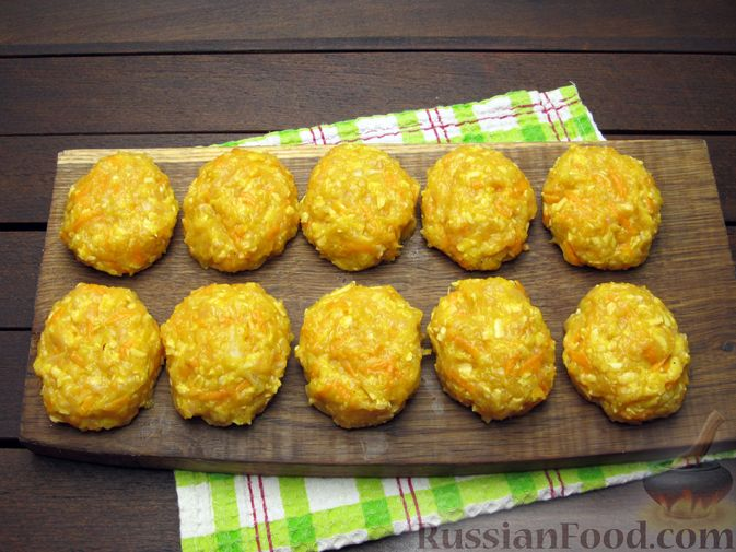 Фото приготовления рецепта: Куриные котлеты с морковью и сыром - шаг №9
