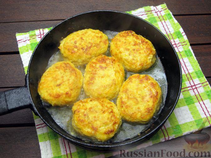 Фото приготовления рецепта: Куриные котлеты с морковью и сыром - шаг №13