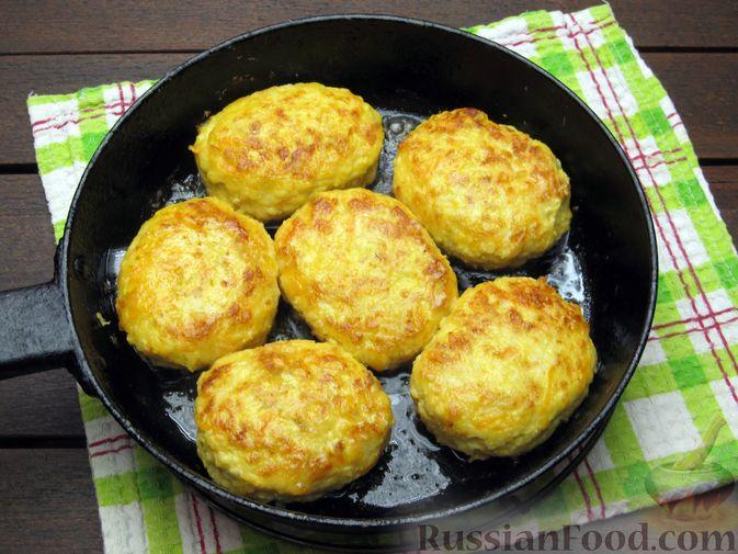 Фото приготовления рецепта: Куриные котлеты с морковью и сыром - шаг №14