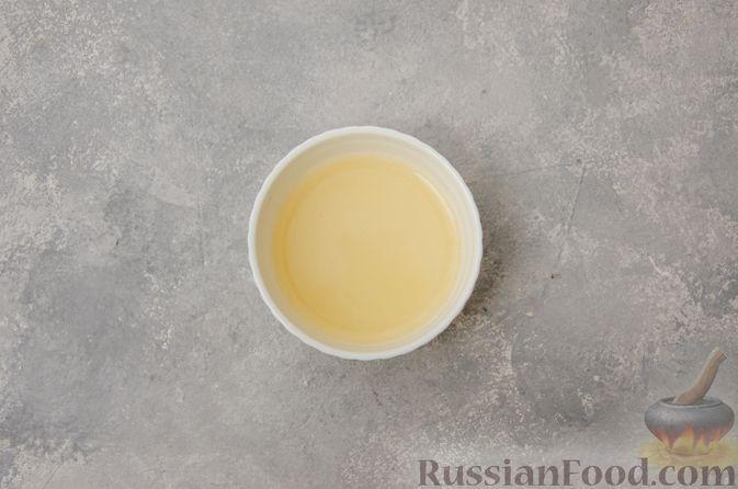 Фото приготовления рецепта: Сметанно-кефирное желе с шоколадом - шаг №5