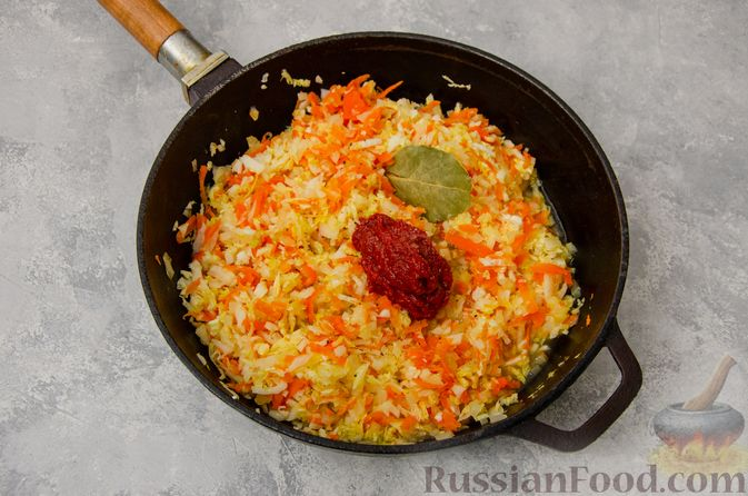 Фото приготовления рецепта: Постные вареники с пекинской капустой и морковью - шаг №7