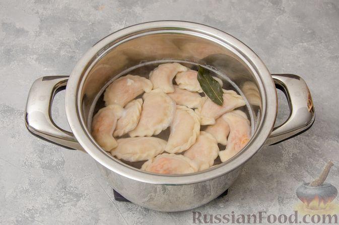 Фото приготовления рецепта: Постные вареники с пекинской капустой и морковью - шаг №17