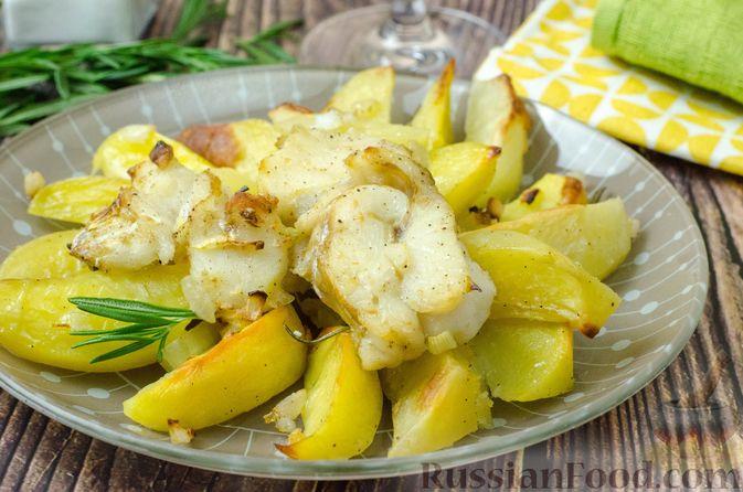 Фото к рецепту: Треска, запечённая с картофелем и розмарином