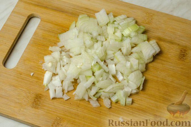 Фото приготовления рецепта: Треска, запечённая с картофелем и розмарином - шаг №4