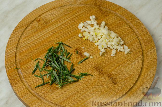 Фото приготовления рецепта: Треска, запечённая с картофелем и розмарином - шаг №5