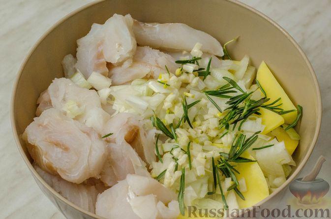 Фото приготовления рецепта: Треска, запечённая с картофелем и розмарином - шаг №6