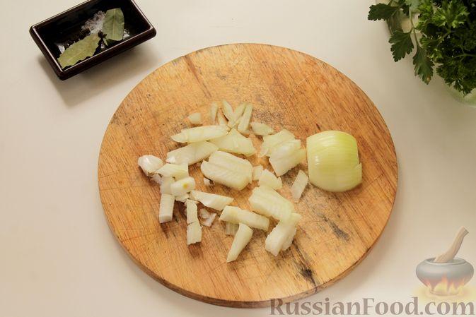Фото приготовления рецепта: Рыбный суп с рисом - шаг №2
