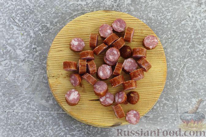 Фото приготовления рецепта: Суп с квашеной капустой, фасолью и охотничьими колбасками - шаг №6