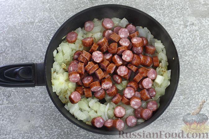 Фото приготовления рецепта: Суп с квашеной капустой, фасолью и охотничьими колбасками - шаг №7