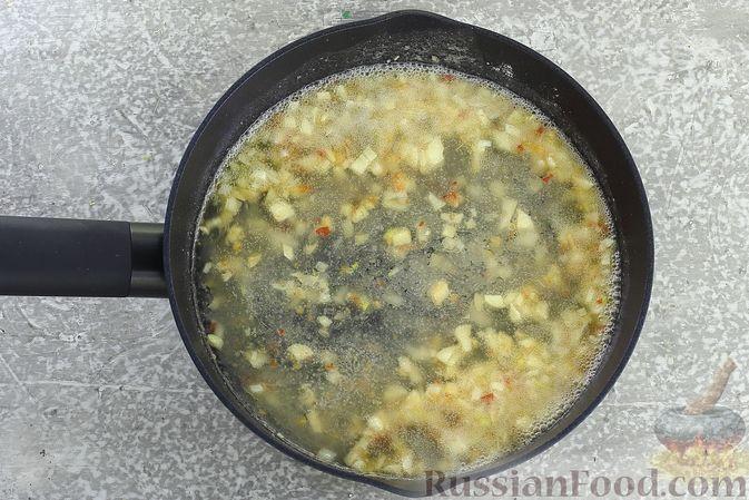 Фото приготовления рецепта: Суп с квашеной капустой, фасолью и охотничьими колбасками - шаг №13