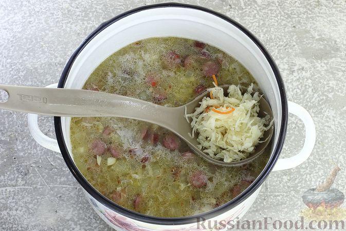 Фото приготовления рецепта: Суп с квашеной капустой, фасолью и охотничьими колбасками - шаг №16
