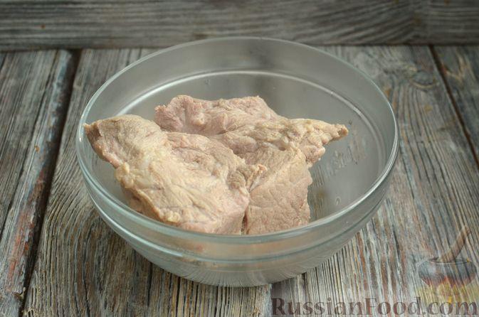 Фото приготовления рецепта: Томатный суп со свининой и рисом - шаг №3