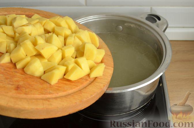 Фото приготовления рецепта: Томатный суп со свининой и рисом - шаг №5