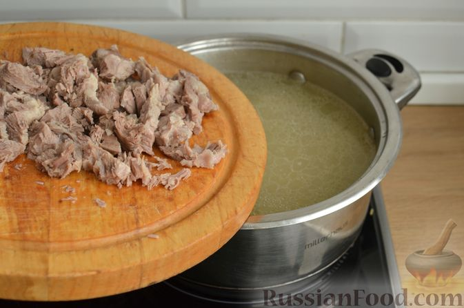 Фото приготовления рецепта: Томатный суп со свининой и рисом - шаг №7