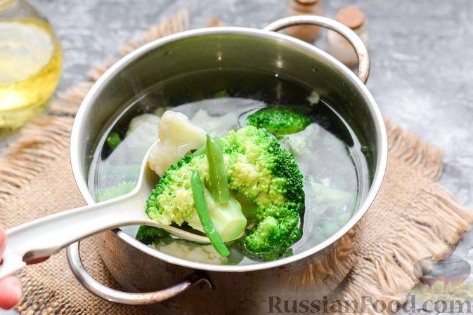Фото приготовления рецепта: Запеканка из брокколи, цветной капусты и стручковой фасоли, со сметаной и сыром - шаг №7