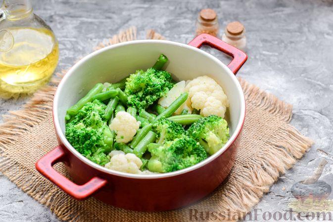Фото приготовления рецепта: Запеканка из брокколи, цветной капусты и стручковой фасоли, со сметаной и сыром - шаг №8
