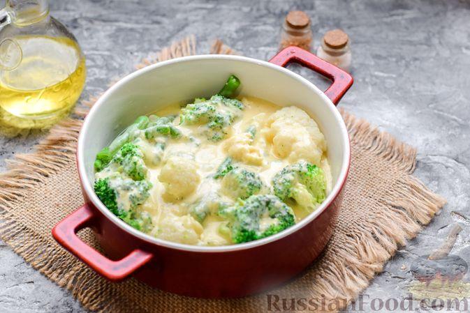 Фото приготовления рецепта: Запеканка из брокколи, цветной капусты и стручковой фасоли, со сметаной и сыром - шаг №9