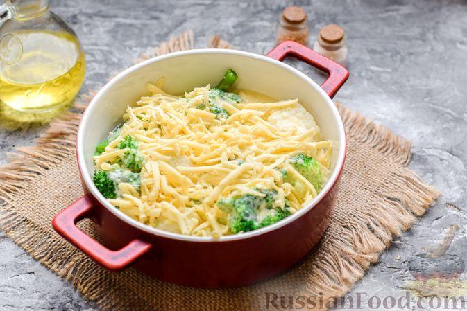 Фото приготовления рецепта: Запеканка из брокколи, цветной капусты и стручковой фасоли, со сметаной и сыром - шаг №10