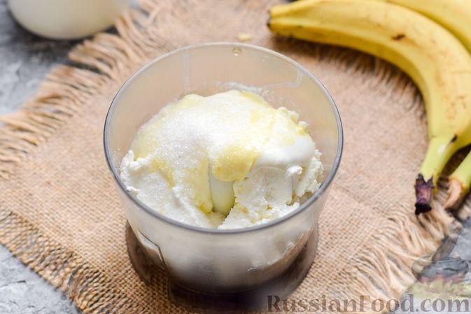 Фото приготовления рецепта: Творожно-сметанный десерт с бананами и шоколадом - шаг №2