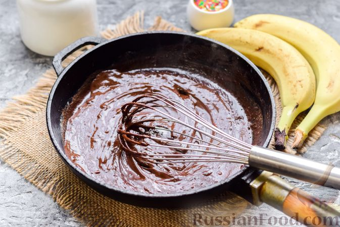 Фото приготовления рецепта: Творожно-сметанный десерт с бананами и шоколадом - шаг №4