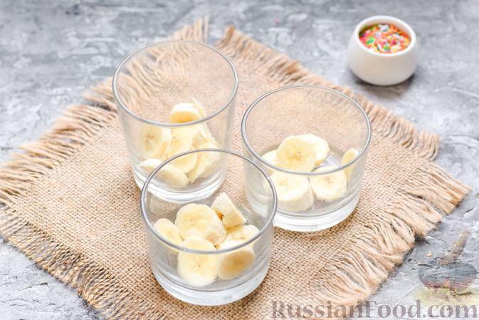 Фото приготовления рецепта: Творожно-сметанный десерт с бананами и шоколадом - шаг №6