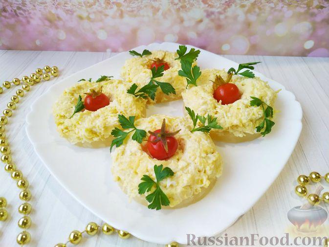 Фото к рецепту: Сырная закуска на ананасовых кольцах