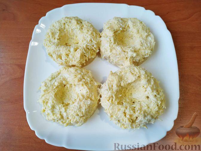 Фото приготовления рецепта: Сырная закуска на ананасовых кольцах - шаг №6