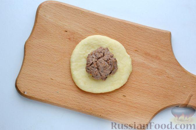 Фото приготовления рецепта: Дрожжевые пирожки с куриной печенью - шаг №21