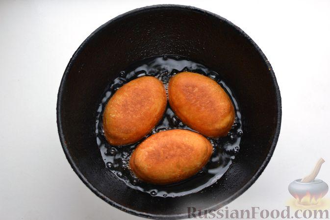Фото приготовления рецепта: Дрожжевые пирожки с куриной печенью - шаг №27