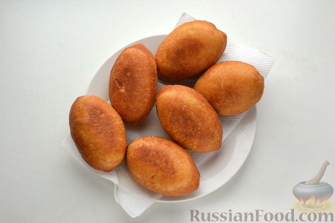 Фото приготовления рецепта: Дрожжевые пирожки с куриной печенью - шаг №28