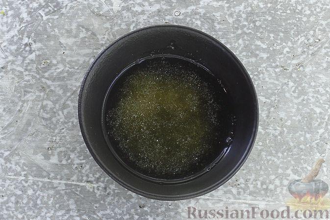 Фото приготовления рецепта: Сметанное желе со сгущенкой и бананом - шаг №2