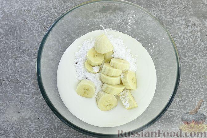 Фото приготовления рецепта: Сметанное желе со сгущенкой и бананом - шаг №5