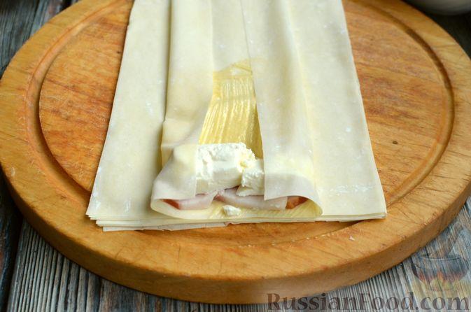 Фото приготовления рецепта: Рулетики из теста фило с фетой и беконом - шаг №6