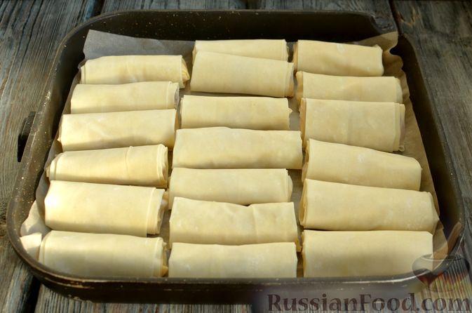 Фото приготовления рецепта: Рулетики из теста фило с фетой и беконом - шаг №8