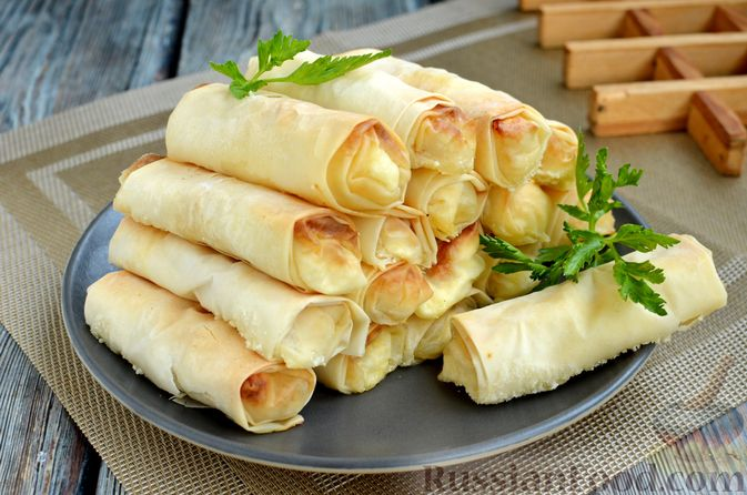 Фото к рецепту: Рулетики из теста фило с фетой и беконом