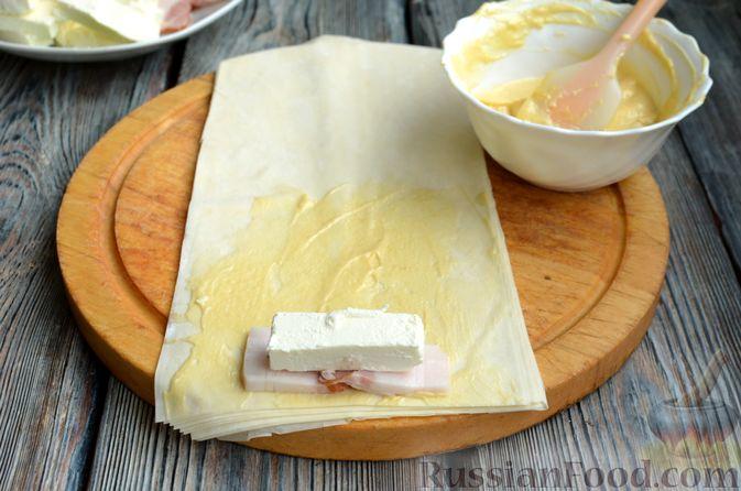 Фото приготовления рецепта: Рулетики из теста фило с фетой и беконом - шаг №5