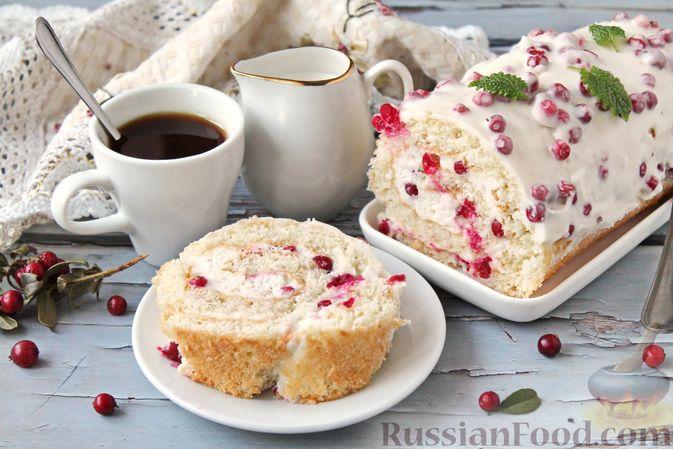 Фото к рецепту: Бисквитный рулет со сливочным муссом и ягодами