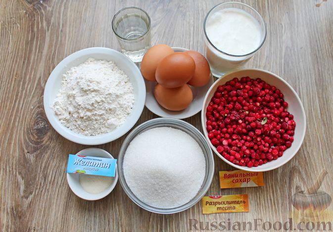 Фото приготовления рецепта: Бисквитный рулет со сливочным муссом и ягодами - шаг №1