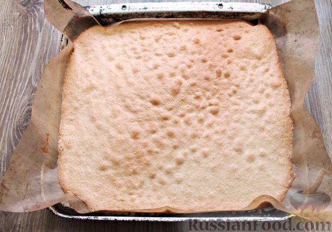 Фото приготовления рецепта: Бисквитный рулет со сливочным муссом и ягодами - шаг №5