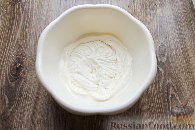 Фото приготовления рецепта: Бисквитный рулет со сливочным муссом и ягодами - шаг №9