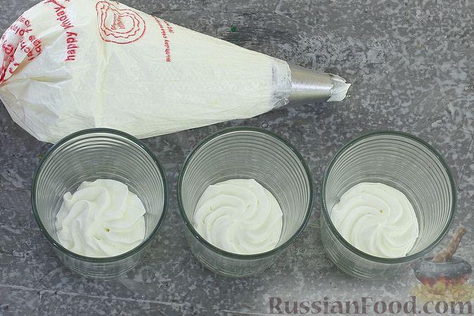 Фото приготовления рецепта: Сливочный десерт с кукурузными хлопьями и вареньем - шаг №4