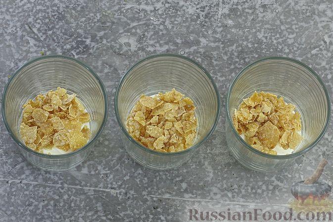Фото приготовления рецепта: Сливочный десерт с кукурузными хлопьями и вареньем - шаг №5