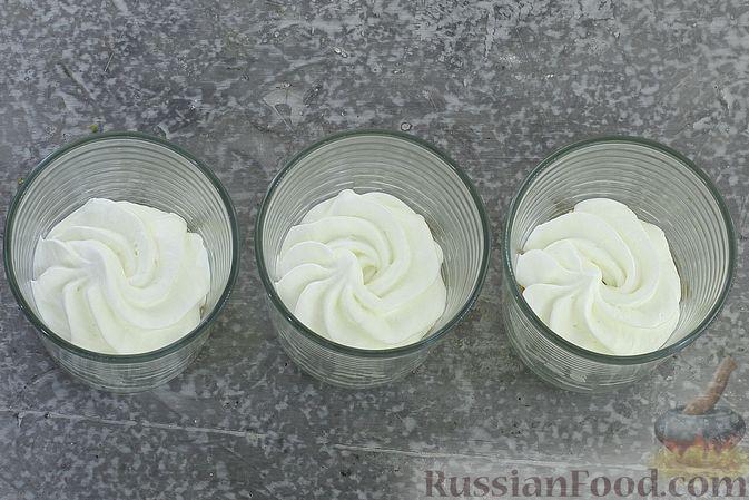 Фото приготовления рецепта: Сливочный десерт с кукурузными хлопьями и вареньем - шаг №6
