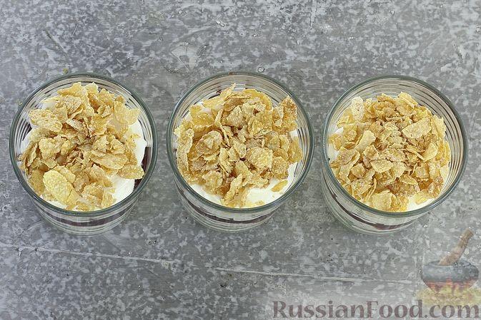 Фото приготовления рецепта: Сливочный десерт с кукурузными хлопьями и вареньем - шаг №9