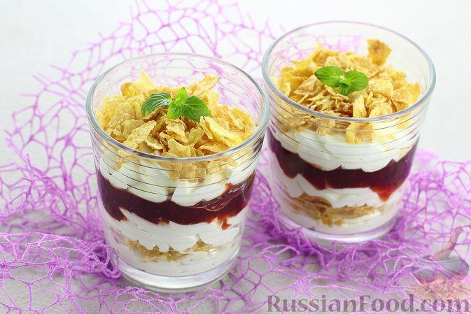 Фото приготовления рецепта: Сливочный десерт с кукурузными хлопьями и вареньем - шаг №10