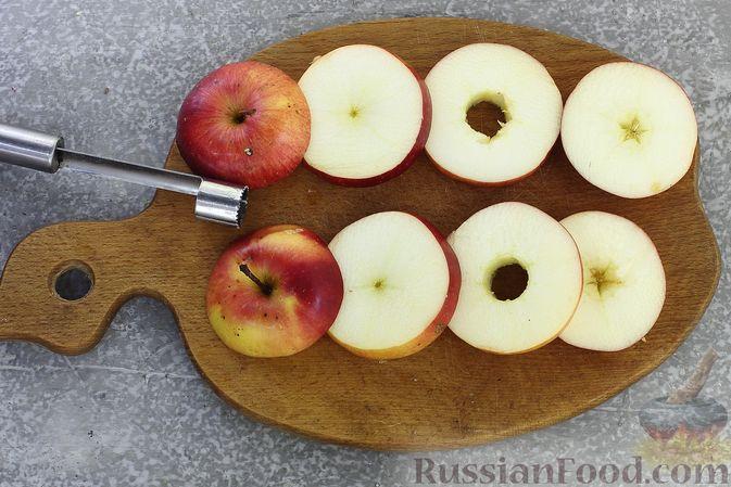 Фото приготовления рецепта: Яблоки с кукурузными палочками и карамелью из сгущенки - шаг №3