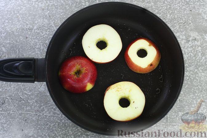 Фото приготовления рецепта: Яблоки с кукурузными палочками и карамелью из сгущенки - шаг №4