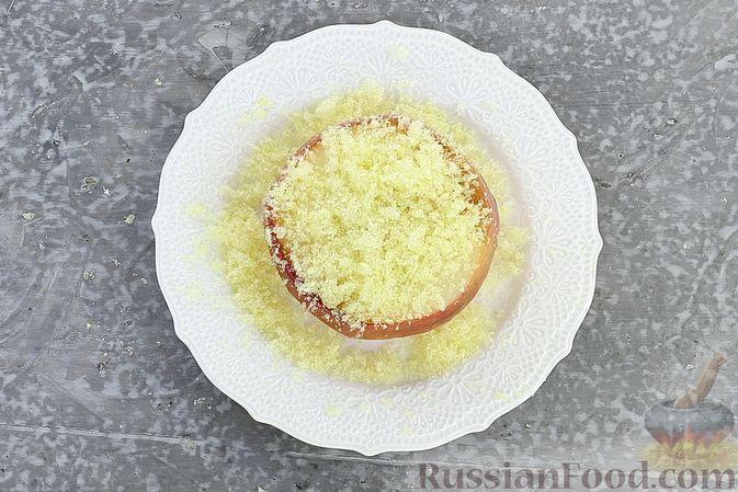 Фото приготовления рецепта: Яблоки с кукурузными палочками и карамелью из сгущенки - шаг №7