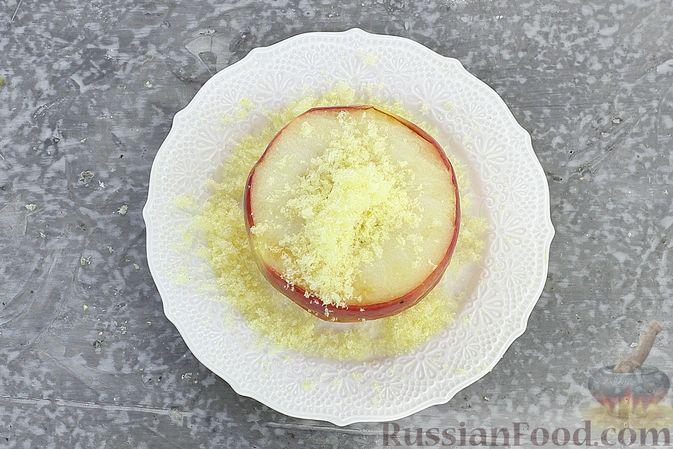 Фото приготовления рецепта: Яблоки с кукурузными палочками и карамелью из сгущенки - шаг №8