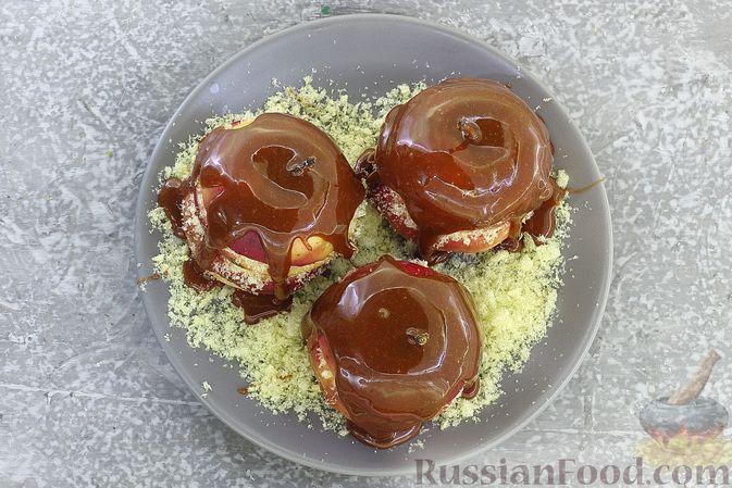 Фото приготовления рецепта: Яблоки с кукурузными палочками и карамелью из сгущенки - шаг №15